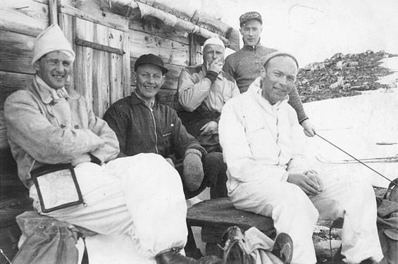 Bildet er tatt utenfor Botnbua i Svøubotnin langfredag påsken 1945. Ingen visste på dette tidspunktet at et tysk fly hadde styrtet i den sunndalske fjellheimen. Mens kristiansunderne var på vei ned i Grødalen, gikk sunndalingene videre opp mot Råstu.
